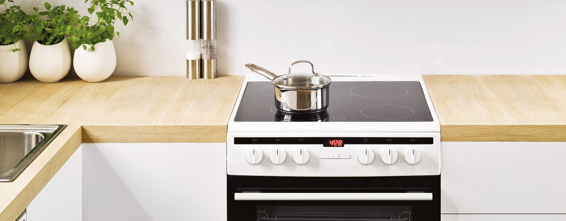 Double cavity freestanding cooker in kitchen set